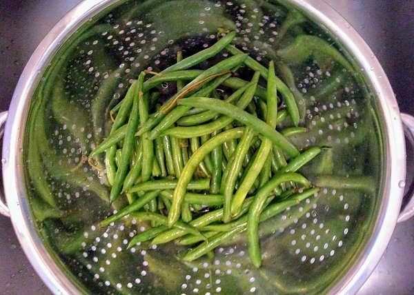 green beans in the colander