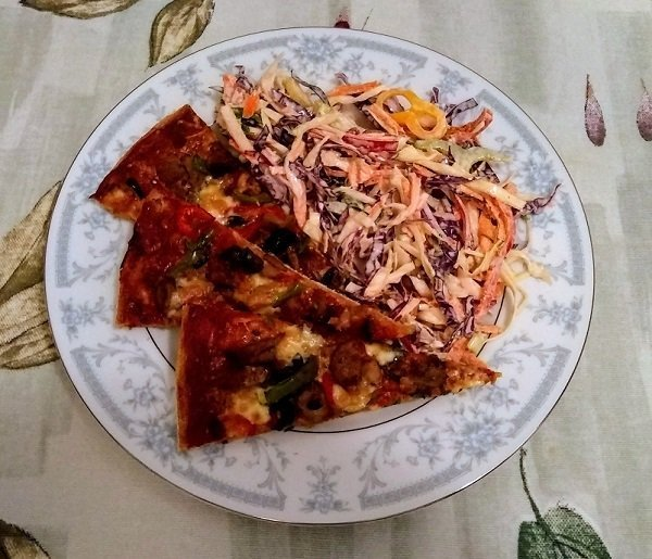 coleslaw with pizza